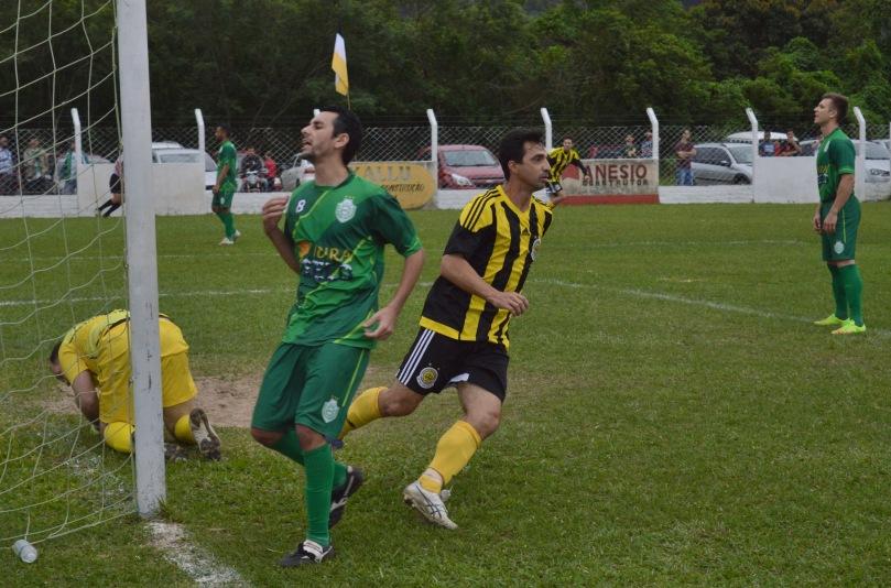 O lendário e incansável Dauri apareceu às costas da zaga e completou para o gol. (Foto: Lucas Gabriel Cardoso)