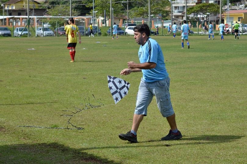 O presidente/treinador Ednei Martins, o Sem Pescoço, demonstrava uma certa birra com a gurizada, mas sempre devolvia as pipas. (Foto: Lucas Gabriel Cardoso)