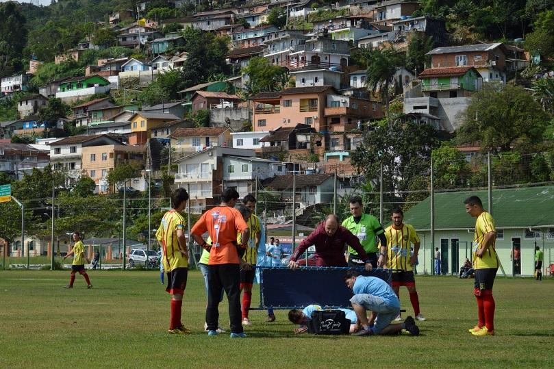 Eduardo entrou no intervalo, fez o 5º gol, mas não ficou muito tempo em campo, saindo com o joelho inchado após uma dividida. (Foto: Lucas Gabriel Cardoso)
