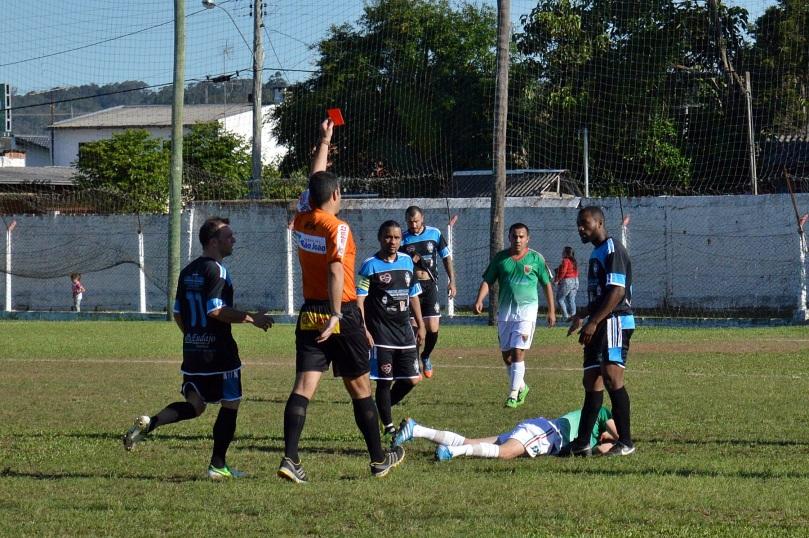 Os times terminaram a peleia com 10 jogadores de cada lado. (Foto: Lucas Gabriel Cardoso)