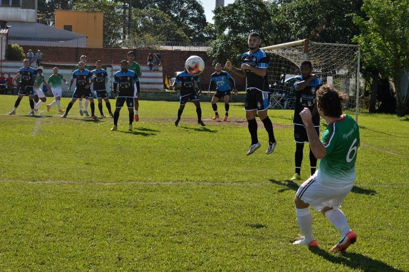 Falta bem batida por Lucas e afastada pela boa defesa leopoldense. (Foto: Lucas Gabriel Cardoso)