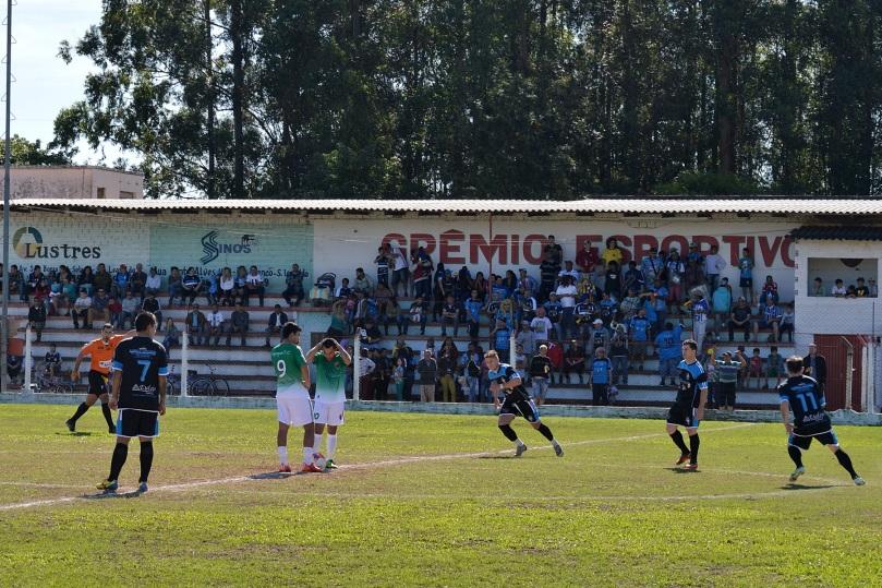 O estádio da Rua Jacy Porto estava cheio de torcedores do time da Baixada. O estádio da Rua Jacy Porto estava cheio de torcedores do time da Baixada