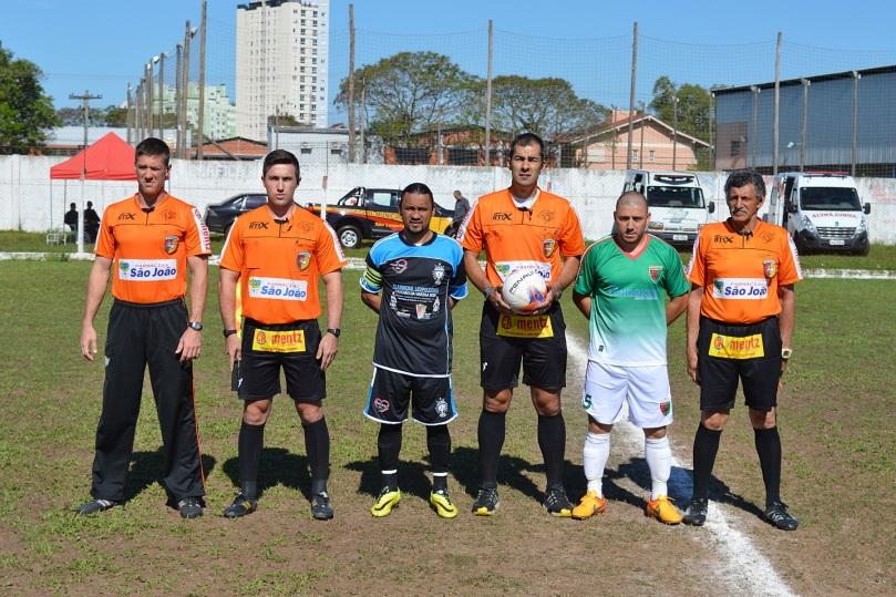 Trio de arbitragem composto por Marco Magalhães, José Cardoso da Rosa e Artur Avellino e os capitães