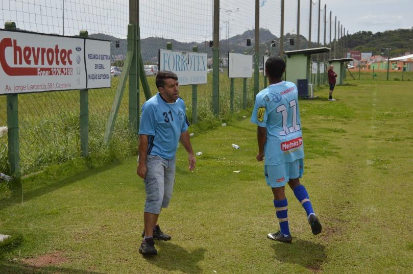 Mas não deixou barato para seu atacante Douglas Cesar, que ainda se divertia, enquanto esperava a foto posada. (Foto: Lucas Gabriel Cardoso)