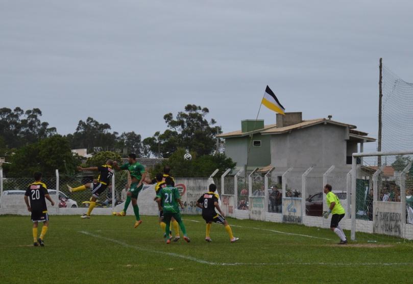 André subiu, mas quem desviou a bola para o próprio gol foi Tana. (Foto: Lucas Gabriel Cardoso)
