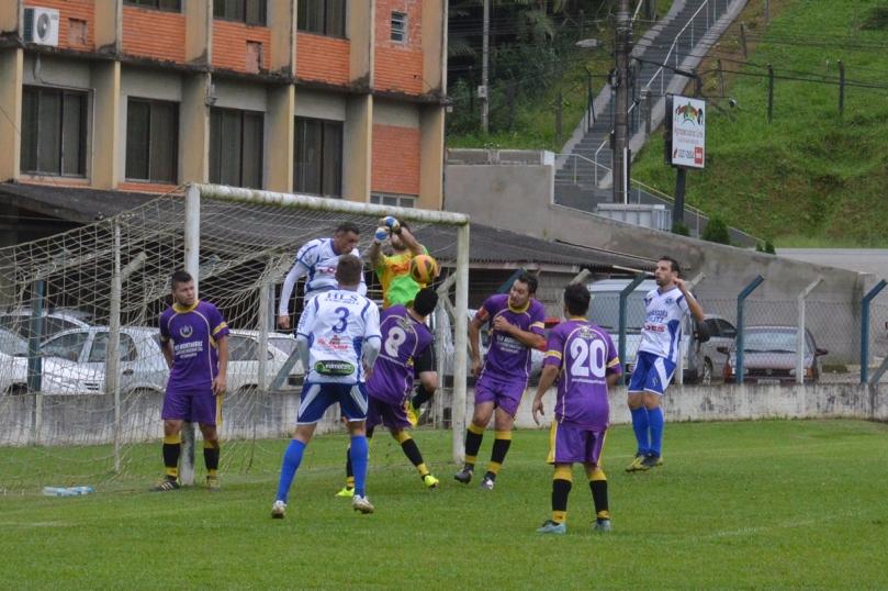 Goleiro Michel salvou a equipe do Garcia de sofrer uns 10x0. (Foto: Lucas Gabriel Cardoso)