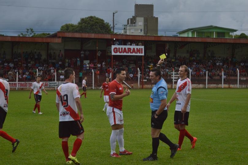 Vários cartões foram distribuídos durante a partida. Alguns sem nenhum critério. (Foto: Lucas Gabriel Cardoso)