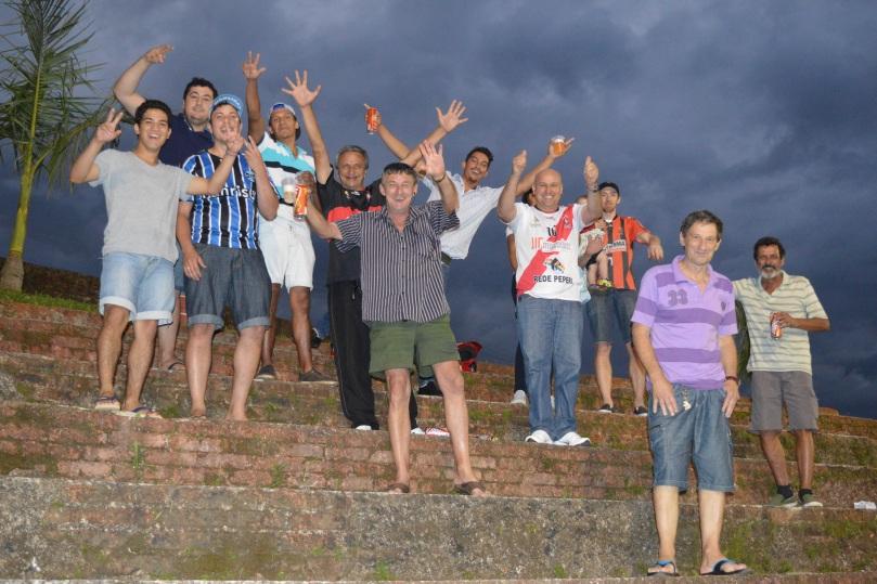 Geral borracha fezendo a festa após o jogo. (Foto: Lucas Gabriel Cardoso)