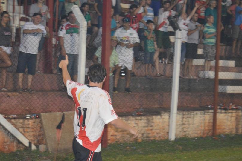 Luizinho sendo ovacionado pela torcida que o adora. (Foto: Lucas Gabriel Cardoso)