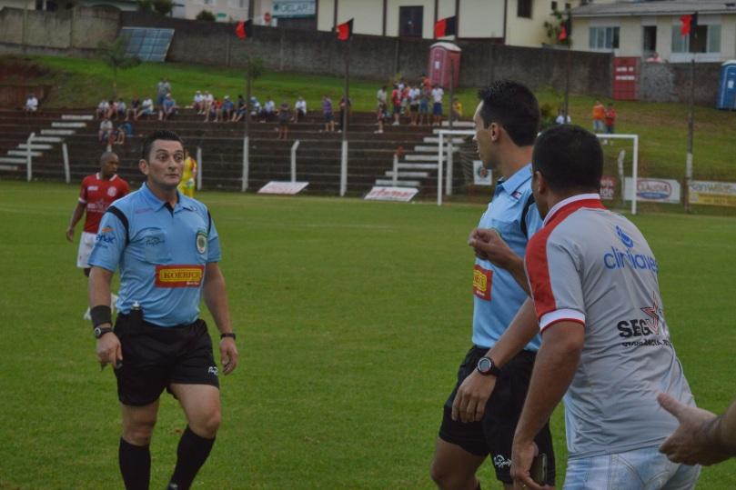 Depois do gol, o treinador Leocádio Butuka reclamou de uma falta na origem da jogada. (Foto: Lucas Gabriel Cardoso)