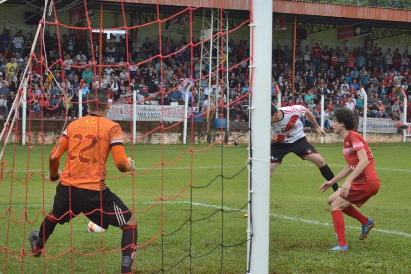 Eneias teve tudo para fazer o gol de empate, mas errou o cabeceio. (Foto: Lucas Gabriel Cardoso)