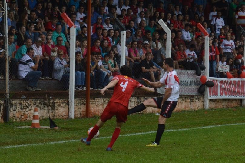 Bola rolou para um sensacional público no Estádio Padre Aurélio Canzi. (Foto: Lucas Gabriel Cardoso)