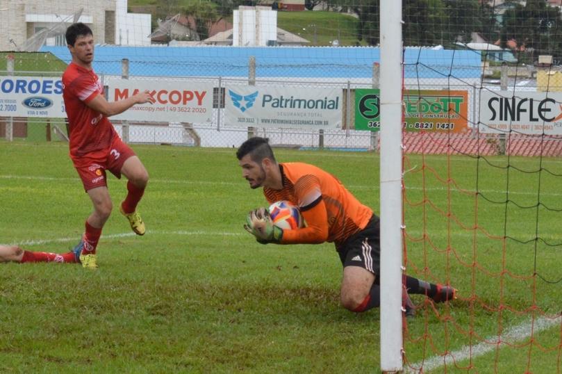 Foi quase impossível romper a barreira imposta pelo goleiro Passarela. (Foto: Lucas Gabriel Cardoso)