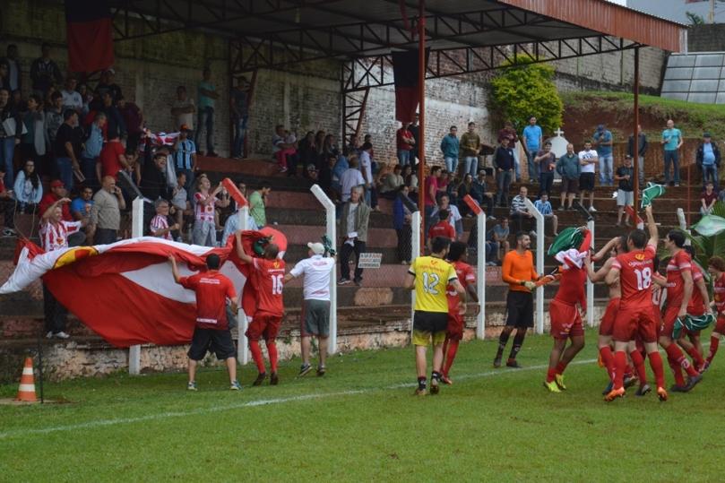 Jogadores comemorando com torcedores e dirigentes que vieram de Nova Veneza. (Foto: Lucas Gabriel Cardoso)