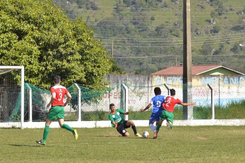 Daniel saiu nos pés de Marcos e evitou o gol do Maga no primeiro tempo. (Foto: Lucas Gabriel Cardoso)