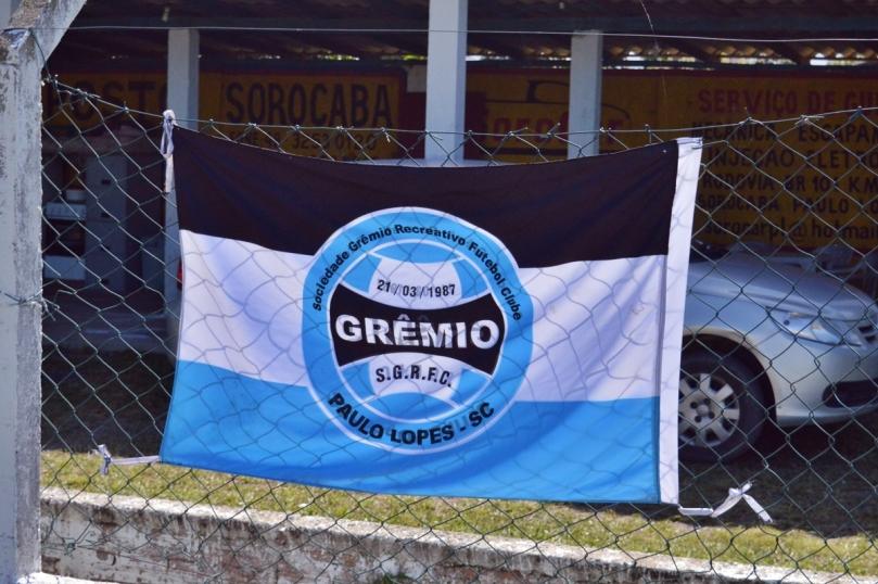 Bandeira do Grêmio Paulo Lopes, tradicional time amador da cidade, que cedeu sua sede para o Curitibanos. (Foto: Lucas Gabriel Cardoso)