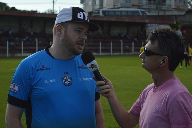 Djone falando sobre a realidade do futebol amador para a Rádio Peperi, aqui de São Miguel do Oeste. (Foto: Lucas Gabriel Cardoso)