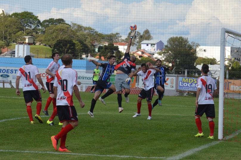 Grêmio teve boas chances em bolas paradas de Vitor, mas a defesa do Guarani estava bem segura. (Foto: Lucas Gabriel Cardoso)
