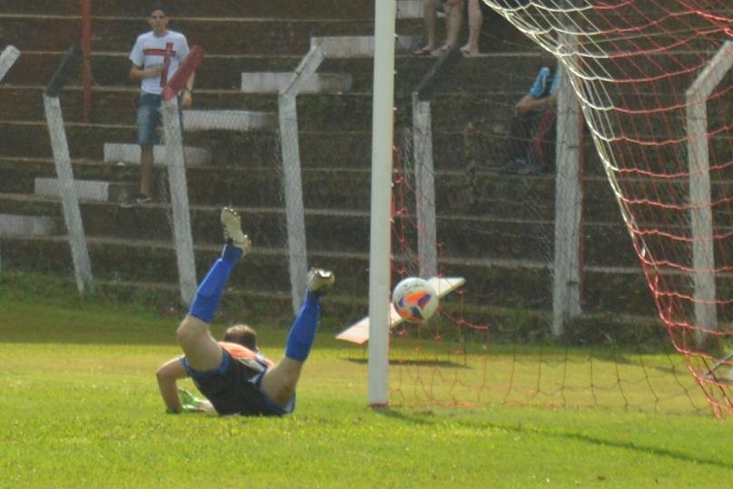 André teve a infelicidade da bola bater na trave, desviar no seu calcanhar e entrar. (Foto: Lucas Gabriel Cardoso)
