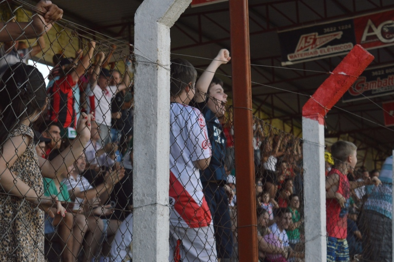 Torcida foi à loucura com o segundo gol em 30 minutos de bola rolado. (Foto: Lucas Gabriel Cardoso)