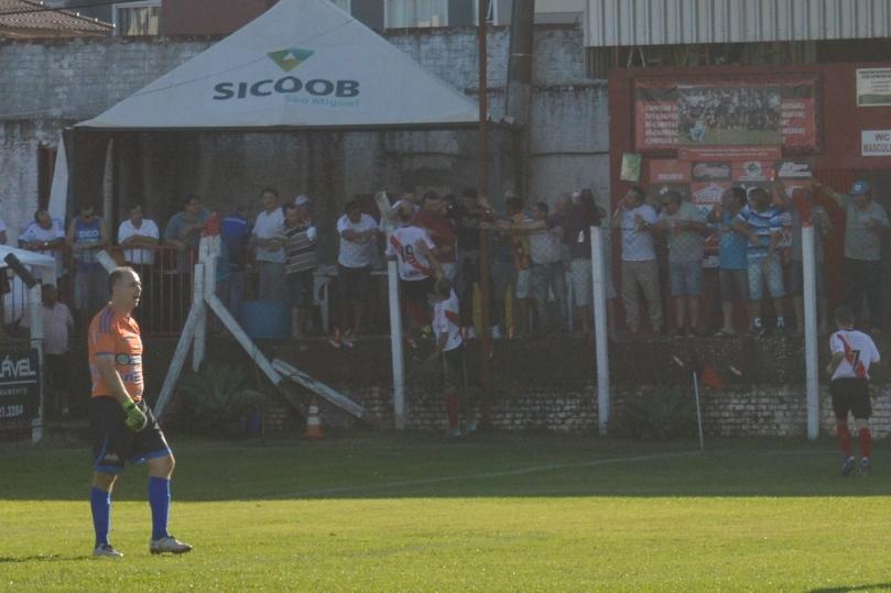 Marquinhos marcou um gol antológico e foi para o alambrado dividir a emoção do feito com a torcida. (Foto: Lucas Gabriel Cardoso)