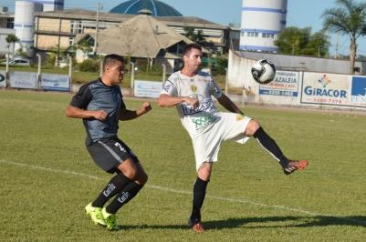 Ao contrário da partida em Ponta Grossa, os times usaram seus uniformes de treino em Brusque, deixando a partida bem caracterizada como um jogo-treino. (Foto: Lucas Gabriel Cardoso)