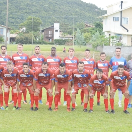 O time de Santo Amaro da Imperatriz entrou em campo com Bruno; Willian Alves, Alisson, Domício e Willian Leonel; Tiago Meurer, Dieguinho, Thiago e Schumacher; Fabinho e Duca. (Foto: Lucas Gabriel Cardoso)