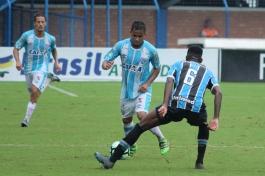 Lourenço, que já vem sendo escalado até como titular no profissional, abusou das tabelinhas com Guga, pela direita. (Foto: Lucas Gabriel Cardoso)