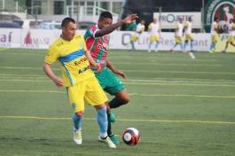 Douglão brigando pela bola, que, na maior parte do primeiro tempo, esteve em posse do Barra. (Foto: Lucas Gabriel Cardoso)