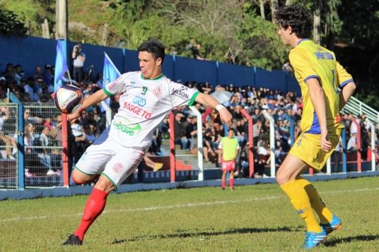 Depois de tanto martelar no primeiro tempo, Léo finalmente conseguiu fazer o gol no comecinho da etapa final. (Foto: Lucas Gabriel Cardoso)