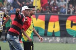 Até o técnico Dinho invadiu o campo ensandecido. (Foto: Lucas Gabriel Cardoso)