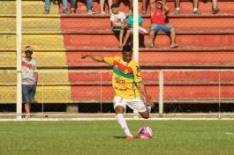 Foi pela direita que o Brusque chegou à dianteira do marcador. Na primeira, Jefferson Renan arriscou, mas Tigre salvou. (Foto: Lucas Gabriel Cardoso)