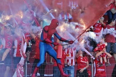 Até o homem-aranha carvoeiro, figura recorrente nas canchas do Sul do Estado, se fez presente para animar ainda mais a festa rubra. (Foto: Lucas Gabriel Cardoso)